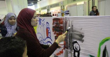 صور.. رئيسا قطاع الفنون التشكيلية وهيئة الكتاب يرسمان مع الأطفال بمعرض القاهرة