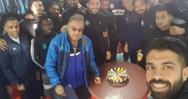 لاعبو سموحة يحتفلون بعيد ميلاد مدرب الحراس خلال معسكر الزمالك