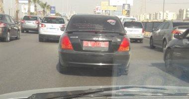 قارئ يرصد سيارة بدون لوحات معدنية أعلى المحور بمدينة 6 أكتوبر