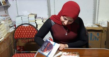 """صور.. رشا فتحى توقع كتاب """"البنات أسرار"""" بمعرض القاهرة للكتاب"""