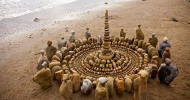 الرسم بالطبيعة.. فنان يستخدم أوراق الشجر والصخور والخشب فى عمل أشكال فنية