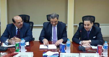 وزير قطاع الأعمال يبحث مع نائب رئيس بنك الاستثمار تسوية ديون القابضة للغزل