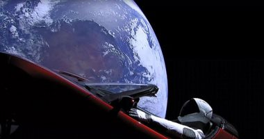 """علماء: """"تسلا رودستر"""" أول سيارة تصعد للفضاء تتمزق خلال عام بسبب الإشعاع"""
