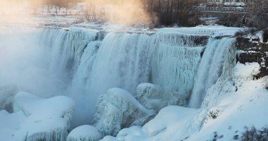 شلالات نياجرا تتجمد بسبب موجه العاصفة الثلجية بأمريكا