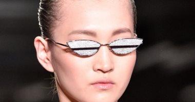 يا أهلاً بالإكسسوارات.. أبرز ملامح النظارات الشمسية وحقائب اليد بأسابيع الموضة