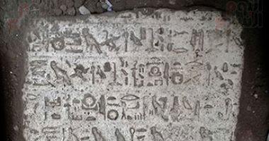 صور.. آثار أسيوط: نقل حجر أثرى يعود لعصر الملك إخناتون لمخزن الآثار بشطب