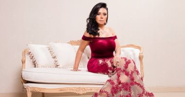 رانيا يوسف تحتفل بعيد الحب بفستان أحمر بلمسات بهيج حسين