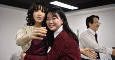 """الصين تصنع روبوتات تقدم أحضانا للمواطنين بمناسبة عيد الحب """"صور"""""""