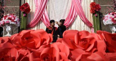 """قبلات حارة ودباديب وورود فى احتفالات العالم بـ""""عيد الحب"""""""