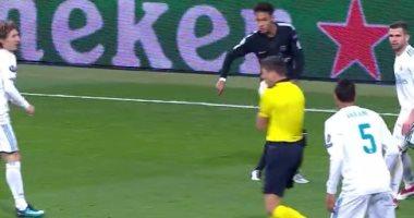 فيديو.. صاروخية نيمار تصيب حكم مباراة ريال مدريد وسان جيرمان