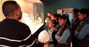 صور.. متحف ملوى يستعرض تاريخ الحضارة المصرية فى جولات إرشادية للطلاب