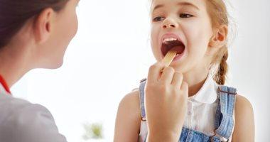 ماتستهونيش برائحة كريهة بفم طفلك.. قد تكون مؤشرا لـ 4 مشكلات صحية