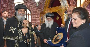 نائب يهدى البابا تواضروس درعا تذكاريا بمناسبة تدشين كنيستى القديس مكاريوس