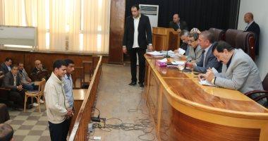 محافظ كفر الشيخ يختبر كفيفا طلب فرصة عمل فى القرآن ويمنحه 5 آلاف جنيه