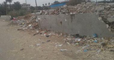 مخلفات داخل سور موازى لمدرسة بالإسكندرية.. مهدد بالسقوط ويهدد حياة الطلاب