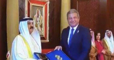 ملك البحرين يكرم وزير الرياضة ويهديه جائزة تكريم لجنة التحكيم