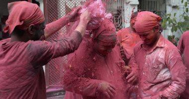 صور.. الهنود يواصلون احتفالاتهم بمهرجان الألوان وقدوم الربيع