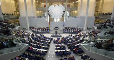 البرلمان الألمانى يوافق على تخصيص ٧ مليارات يورو اضافية لدعم اللاجئين