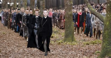 """عرض أزياء """"شانيل"""" بأسبوع الموضة فى باريس.. أناقة واختلاف ومشاركة كبار المطربين"""