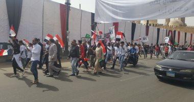 صور.. أهالى الجمالية ينظمون مسيرة لتأييد السيسى قبل افتتاح تجديدات الأزهر