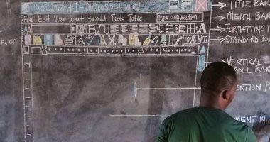شاهد.. معلم غانى يرسم كمبيوتر على السبورة لتعليم الطلاب.. ومايكروسوفت تكرمه