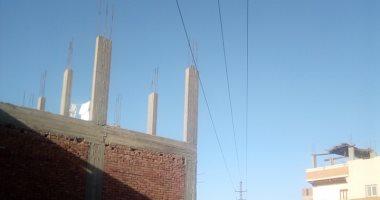 قارئ يطالب بنقل أسلاك كهرباء الأعمدة المارة أعلى منازلهم فى كوم العرب بسوهاج