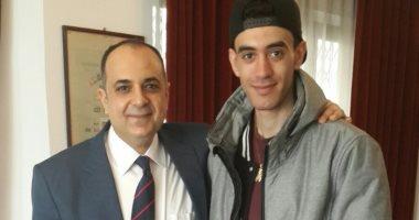 سفير مصر فى بولندا يلتقى المواطن المصرى المعتدى عليه