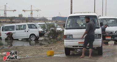 صور.. خط المياه العذب يستخدمه السائقون لغسل السيارات بطريق بورسعيد/ دمياط