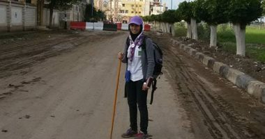 """صور.. فتاة تقطع مسافة 150 كيلو سيرًا على الأقدام وتبدأ رحلتها من """"أم القرى"""""""