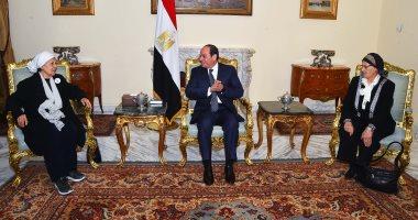 """السيسى يستقبل سيدتين تبرعتا لـ""""تحيا مصر""""  لتنمية سيناء.. ويوجه تحية للمرأة المصرية"""