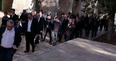 مستوطنون يعتدون على مسنة فلسطينية ونجليها شمال الخليل