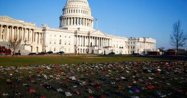 """صور.. 7000 حذاء أمام مبنى الكابيتول الأمريكى لتخليد ذكرى مجزرة """"ساندى هوك"""""""