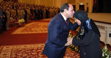 صور.. السيسي يكرم الأم المثالية للقوات المسلحة ويقبل رأسها فى الندوة التثقيفية