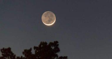 هلال العام الهجرى الجديد يزين سماء مصر الليلة.. يرى فى الثامنة مساء بعد مولده بـ 24 ساعة ويساعد على رؤية أربعة كواكب.. يصل للبدر فى 25 سبتمبر ويندثر تدريجيا حتى التربيع الأخير فى 2 أكتوبر
