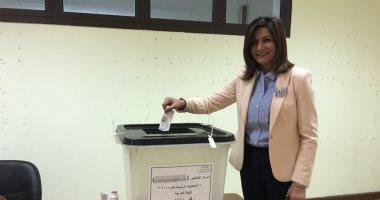 صور.. وزيرة الهجرة تدلى بصوتها فى الانتخابات الرئاسية بمدرسة فى الرحاب