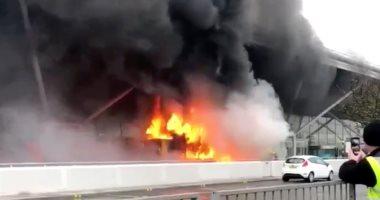 100 رجل إطفاء يخمدون حريقًا هائلًا شب بمستودعين ومصنع بالكويت