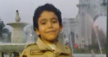 طفل يرتدى زيا عسكريا أمام قصر القبة: مبروك يا سيسى
