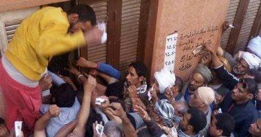 صور.. شكوى من تكدس المواطنين أمام مكتب سجل مدنى البلينا بسوهاج