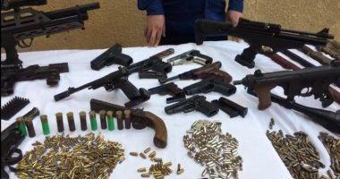 فحص أسلحة نارية وذخيرة ضبطت بحوزة 14 متهم فى الجيزة