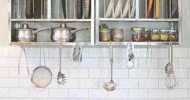 اكسسوارات بالأرفف الزجاج والإضاءة لتجديد مطبخك