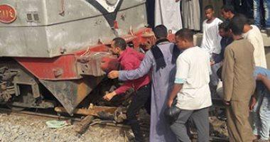 """اصطدام قطار أسوان بـ""""توك توك"""" اقتحم شريط السكة الحديد دون إصابات"""