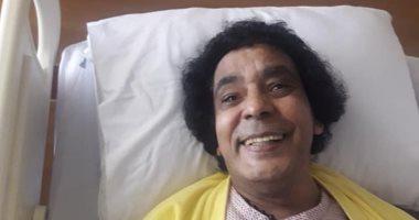 شاهد..الكينج محمد منير داخل غرفته بالمستشفى بعد جراحة ناجحة