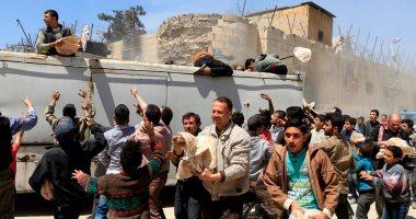 صور.. الحكومة السورية تقدم مساعدات غذائية لأهالى دوما بعد هزيمة الإرهابيين