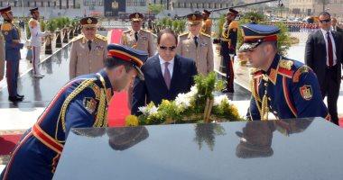 السيسى يضع إكليلا من الزهور على قبر الجندى المجهول فى ذكرى نصر أكتوبر
