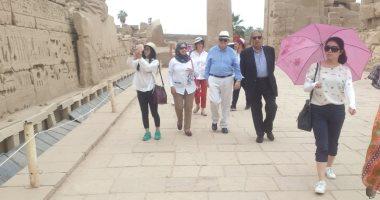 صور.. عمرو موسى ووفد أجنبى فى زيارة سياحية لمعابد الكرنك والأقصر