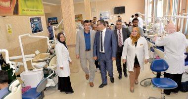 صور.. رئيس جامعة المنصورة يتفقد الامتحانات العملية لطلاب طب الأسنان