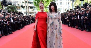 صور.. جوليان مور تخطف الأنظار بفستان أحمر فى مهرجان كان السينمائى
