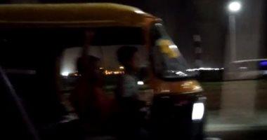 """قارئ يرصد سير """"توك توك"""" بجوار مطار القاهرة دون وجود رقابة مرورية"""