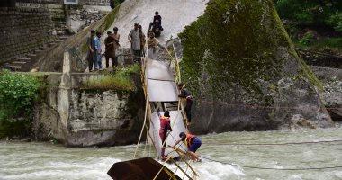 انهيار جسر معدنى معلق وسقوط شاحنة وسيارة شمالى تولوز بفرنسا