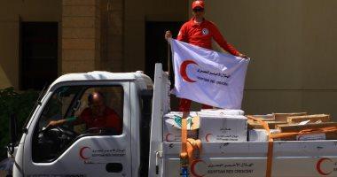 فرق الهلال الأحمر المصرى يجهز مواد غذائية لتوزيعها فى عدد من المحافظات